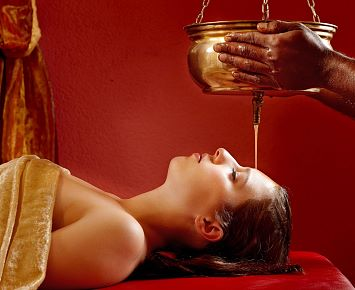 Ayurveda_Resort_Sonnhof_Shirodara_Stirnoelguss_Behandlung_Spa